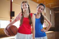 Portret van gelukkige vrouwelijke basketbalspelers Royalty-vrije Stock Afbeelding