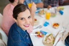 Portret van gelukkige vrouwelijke uitvoerend hebbend ontbijt stock foto
