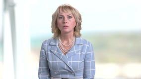 Portret van geschokte bedrijfsvrouw op vage achtergrond stock footage