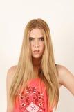 Portret van geschokte mooie jonge blondevrouw Stock Afbeeldingen
