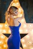 Portret van gesloten de ogen van de sexy slanke vrouw, de achtergrondster Blonde in blauwe strakke kleding, slanke vorm Royalty-vrije Stock Foto