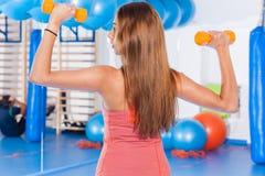 Portret van gewichten van een de jonge mooie vrouwenholding (domoor) en het doen van geschiktheidsindor Crossfitzaal Gymnastieksc Stock Afbeeldingen