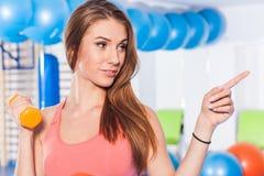 Portret van gewichten van een de jonge mooie vrouwenholding (domoor) en het doen van geschiktheidsindor Crossfitzaal Gymnastieksc Stock Foto's