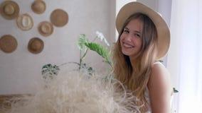 Portret van gezond meisje het vrij van allergieën met boeket van veergrassen in strohoed kijkt in camera stock videobeelden