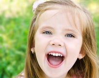 Portret van gillend meisje in een weide royalty-vrije stock foto