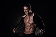 Portret van gillende bodybuilder met strakke spieren en zijn mou Stock Afbeeldingen