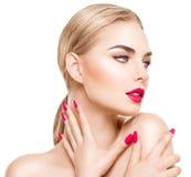 Portret van glamourmeisje met heldere die make-up op wit wordt geïsoleerd Stock Foto
