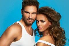 Portret van glamourpaar op blauwe achtergrond wordt geïsoleerd die Stock Afbeelding