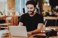 Portret van Glimlachen Freelancer die aan Laptop werken royalty-vrije stock foto's
