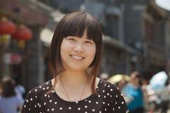 Portret van glimlachend jong meisje in Peking in openlucht Stock Fotografie