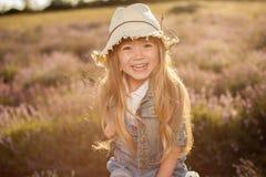 Portret van glimlachend kind Contre -contre-jour zonsondergangschot Zachte contras Royalty-vrije Stock Foto's