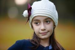 Portret van glimlachend meisje met wollen hoed in de herfst royalty-vrije stock fotografie