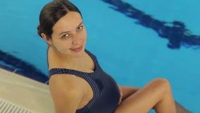 Portret van glimlachend meisje op de achtergrond van pool stock footage