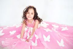 Portret van glimlachend meisje in prinses roze kleding met vlinders royalty-vrije stock afbeeldingen