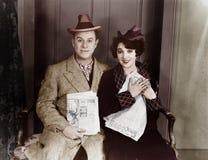 Portret van glimlachend paar met kranten (Alle afgeschilderde personen leven niet langer en geen landgoed bestaat Leveranciersgar royalty-vrije stock afbeelding