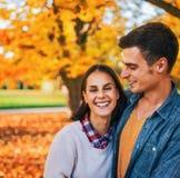 Portret van glimlachend paar in openlucht in park in de herfst Stock Afbeeldingen