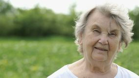 Portret van glimlachend rijp bejaarde in openlucht stock videobeelden
