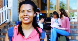 Portret van glimlachend schoolmeisje stock footage
