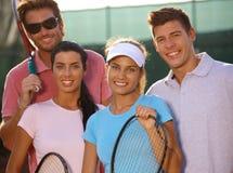 Portret van glimlachend tennisteam Stock Fotografie