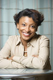 Portret van Glimlachende Afrikaans-Amerikaanse Vrouw Stock Foto