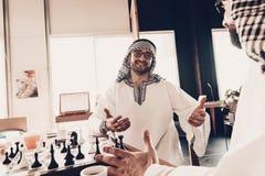 Portret van glimlachende Arabier die zijn wapens uitrekt royalty-vrije stock fotografie