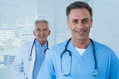 Portret van glimlachende arts en chirurg Stock Foto