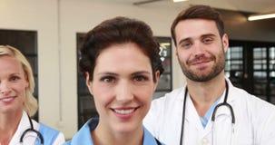 Portret van glimlachende artsen stock video