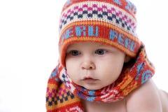 Portret van glimlachende baby in gebreide hoed en sjaal Royalty-vrije Stock Foto's