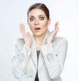 Portret van glimlachende bedrijfsdievrouw, op wit wordt geïsoleerd Stock Afbeeldingen