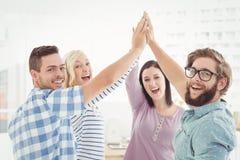 Portret van glimlachende bedrijfsmensen die hoogte vijf geven Royalty-vrije Stock Afbeeldingen