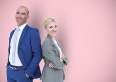 Portret van glimlachende bedrijfsmensen die zich tegen roze achtergrond bevinden Stock Fotografie