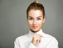 Portret van glimlachende bedrijfsvrouw stock afbeeldingen
