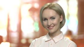 Portret van glimlachende bedrijfsvrouw op middelbare leeftijd stock footage