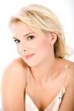 Portret van glimlachende blonde Stock Foto's