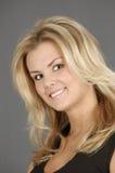 Portret van glimlachende blonde vrouw Royalty-vrije Stock Foto's