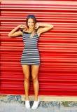 Portret van glimlachende blonde vrouw Volledige lengte Stock Foto's
