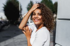 Portret van glimlachende Europese vrouw met donkerbruin krullend haar royalty-vrije stock afbeelding