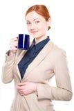 Portret van glimlachende geïsoleerd bedrijfsvrouw met kop, Royalty-vrije Stock Afbeeldingen