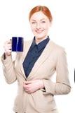 Portret van glimlachende geïsoleerd bedrijfsvrouw met kop, Stock Afbeeldingen