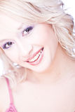 Portret van glimlachende jonge blonde vrouw Stock Foto's