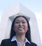 Portret van glimlachende jonge onderneemster met het kabeltelevisie-gebouw op achtergrond, Peking Stock Afbeeldingen