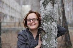 Portret van glimlachende jonge vrouw Stock Foto