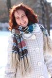 Portret van glimlachende jonge vrouw in een de winterpark in openlucht Stock Foto's