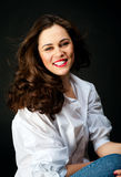 Portret van glimlachende jonge vrouw met lang haar in jeans en whit Royalty-vrije Stock Foto