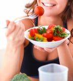 Portret van glimlachende jonge vrouw met vegetarische plantaardige salade Royalty-vrije Stock Foto's