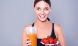 Portret van glimlachende jonge vrouw met vegetarische plantaardige salade Stock Afbeeldingen