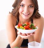 Portret van glimlachende jonge vrouw met vegetarische plantaardige salade Royalty-vrije Stock Afbeeldingen