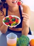 Portret van glimlachende jonge vrouw met vegetarische plantaardige salade Royalty-vrije Stock Afbeelding