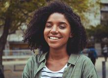 Portret van glimlachende jonge vrouw in openlucht royalty-vrije stock afbeelding