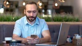 Portret van glimlachende jonge zakenman die onderbreking het babbelen het typen van bericht genieten die smartphone gebruiken stock footage